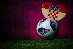 BAKU, ASERBAIDSCHAN - 8. JULI 2018: Kreatives Konzept Beamter Russland Fußballball mit 2018 Weltcupen Adidas Telstar 18 auf grüne lizenzfreies stockbild