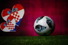 BAKU, ASERBAIDSCHAN - 8. JULI 2018: Kreatives Konzept Beamter Russland Fußballball mit 2018 Weltcupen Adidas Telstar 18 auf grüne lizenzfreies stockfoto