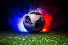 BAKU, ASERBAIDSCHAN - 12. JULI 2018: Kreatives Konzept Beamter Russland Fußballball mit 2018 Weltcupen Adidas Telstar 18 auf grün Stockfoto