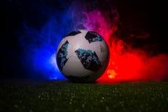 BAKU, ASERBAIDSCHAN - 12. JULI 2018: Kreatives Konzept Beamter Russland Fußballball mit 2018 Weltcupen Adidas Telstar 18 auf grün Lizenzfreie Stockfotografie