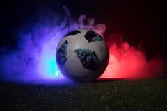 BAKU, ASERBAIDSCHAN - 12. JULI 2018: Kreatives Konzept Beamter Russland Fußballball mit 2018 Weltcupen Adidas Telstar 18 auf grün Lizenzfreie Stockfotos