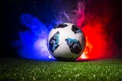 BAKU, ASERBAIDSCHAN - 12. JULI 2018: Kreatives Konzept Beamter Russland Fußballball mit 2018 Weltcupen Adidas Telstar 18 auf grün Lizenzfreie Stockbilder