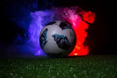BAKU, ASERBAIDSCHAN - 12. JULI 2018: Kreatives Konzept Beamter Russland Fußballball mit 2018 Weltcupen Adidas Telstar 18 auf grün Lizenzfreies Stockfoto