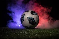 BAKU, ASERBAIDSCHAN - 12. JULI 2018: Kreatives Konzept Beamter Russland Fußballball mit 2018 Weltcupen Adidas Telstar 18 auf grün Lizenzfreies Stockbild