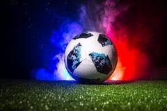 BAKU, ASERBAIDSCHAN - 12. JULI 2018: Kreatives Konzept Beamter Russland Fußballball mit 2018 Weltcupen Adidas Telstar 18 auf grün Stockbild