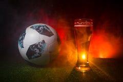 BAKU, ASERBAIDSCHAN - 23. JUNI 2018: Beamter Russland Fußballball mit 2018 Weltcupen Adidas Telstar 18 und einzelnes Bierglas auf stockfoto