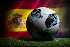 BAKU, ASERBAIDSCHAN - 21. JUNI 2018: Kreatives Konzept Beamter Russland Fußballball mit 2018 Weltcupen Adidas Telstar 18 auf dunk Stockfoto