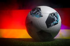 BAKU, ASERBAIDSCHAN - 21. JUNI 2018: Kreatives Konzept Beamter Russland Fußballball mit 2018 Weltcupen Adidas Telstar 18 auf dunk Lizenzfreie Stockbilder