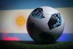 BAKU, ASERBAIDSCHAN - 21. JUNI 2018: Kreatives Konzept Beamter Russland Fußballball mit 2018 Weltcupen Adidas Telstar 18 auf dunk Lizenzfreie Stockfotografie