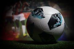 BAKU, ASERBAIDSCHAN - 21. JUNI 2018: Kreatives Konzept Beamter Russland Fußballball mit 2018 Weltcupen Adidas Telstar 18 auf dunk Stockbilder