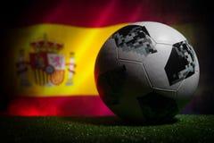 BAKU, ASERBAIDSCHAN - 21. JUNI 2018: Kreatives Konzept Beamter Russland Fußballball mit 2018 Weltcupen Adidas Telstar 18 auf dunk Lizenzfreies Stockbild