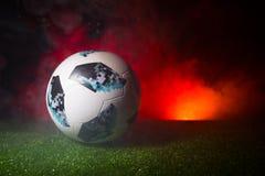 BAKU, ASERBAIDSCHAN - 21. JUNI 2018: Kreatives Konzept Beamter Russland Fußballball mit 2018 Weltcupen Adidas Telstar 18 auf grün Stockfotos