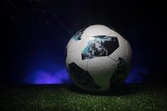 BAKU, ASERBAIDSCHAN - 21. JUNI 2018: Kreatives Konzept Beamter Russland Fußballball mit 2018 Weltcupen Adidas Telstar 18 auf grün Lizenzfreies Stockfoto
