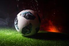 BAKU, ASERBAIDSCHAN - 21. JUNI 2018: Kreatives Konzept Beamter Russland Fußballball mit 2018 Weltcupen Adidas Telstar 18 auf grün Stockbild