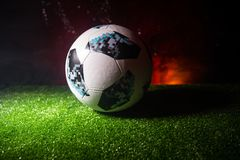BAKU, ASERBAIDSCHAN - 21. JUNI 2018: Kreatives Konzept Beamter Russland Fußballball mit 2018 Weltcupen Adidas Telstar 18 auf grün Lizenzfreie Stockfotos