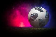 BAKU, ASERBAIDSCHAN - 21. JUNI 2018: Kreatives Konzept Beamter Russland Fußballball mit 2018 Weltcupen Adidas Telstar 18 auf grün Lizenzfreie Stockfotografie