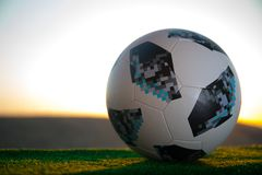 BAKU, ASERBAIDSCHAN - 24. JUNI 2018: Kreatives Konzept Beamter Russland Fußballball mit 2018 Weltcupen Adidas Telstar 18 auf grün Stockbilder