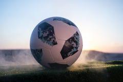 BAKU, ASERBAIDSCHAN - 24. JUNI 2018: Kreatives Konzept Beamter Russland Fußballball mit 2018 Weltcupen Adidas Telstar 18 auf grün Lizenzfreies Stockbild