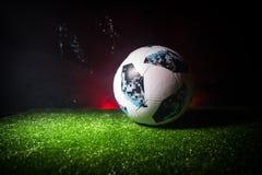 BAKU, ASERBAIDSCHAN - 21. JUNI 2018: Kreatives Konzept Beamter Russland Fußballball mit 2018 Weltcupen Adidas Telstar 18 auf grün Stockbilder