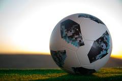 BAKU, ASERBAIDSCHAN - 24. JUNI 2018: Kreatives Konzept Beamter Russland Fußballball mit 2018 Weltcupen Adidas Telstar 18 auf grün Stockfoto