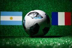 BAKU, ASERBAIDSCHAN - 29. JUNI 2018: Kreatives Konzept Beamter Russland Fußballball mit 2018 Weltcupen Adidas Telstar 18 auf grün Lizenzfreies Stockbild