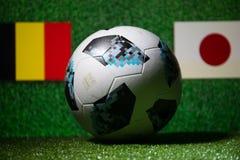 BAKU, ASERBAIDSCHAN - 29. JUNI 2018: Kreatives Konzept Beamter Russland Fußballball mit 2018 Weltcupen Adidas Telstar 18 auf grün Stockfoto