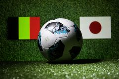 BAKU, ASERBAIDSCHAN - 29. JUNI 2018: Kreatives Konzept Beamter Russland Fußballball mit 2018 Weltcupen Adidas Telstar 18 auf grün Stockfotos