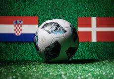 BAKU, ASERBAIDSCHAN - 29. JUNI 2018: Kreatives Konzept Beamter Russland Fußballball mit 2018 Weltcupen Adidas Telstar 18 auf grün Lizenzfreie Stockfotografie