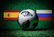 BAKU, ASERBAIDSCHAN - 29. JUNI 2018: Kreatives Konzept Beamter Russland Fußballball mit 2018 Weltcupen Adidas Telstar 18 auf grün Lizenzfreies Stockfoto