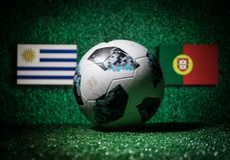 BAKU, ASERBAIDSCHAN - 29. JUNI 2018: Kreatives Konzept Beamter Russland Fußballball mit 2018 Weltcupen Adidas Telstar 18 auf grün Stockbilder