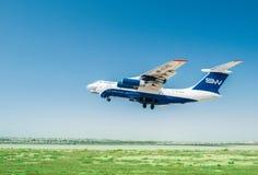 Baku - AUGUSTI 27, 2016: Flygplan som tar av på Augusti 27 i Baku Royaltyfri Bild