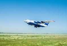 Baku - AUGUSTI 27, 2016: Flygplan som tar av på Augusti 27 i Baku Arkivfoto