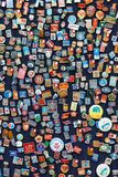 Baku, Azerbaijão - 16 de julho de 2015: A tenda de crachás e de ícones soviéticos vendeu no mercado de rua de Baku Imagens de Stock