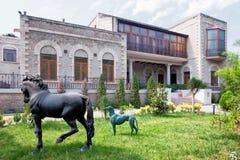 BAKU, AZERBAIJÃO - 17 de junho de 2015: jardim da casa de campo Petrolea Fotos de Stock Royalty Free