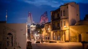 Baku, Azerbaijão - 18 de outubro de 2014: A vista panorâmica de Baku, da cidade velha que olha a chama eleva-se na noite imagem de stock royalty free
