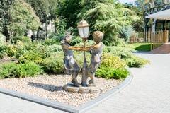Baku, Azerbaijão - 26 de setembro de 2018: O roundelay das crianças da escultura em oficiais do parque imagens de stock royalty free