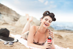 Baku, Azerbaijan - 8 de agosto de 2016: Modelo modelo con la botella de Coca Cola Foto de archivo libre de regalías