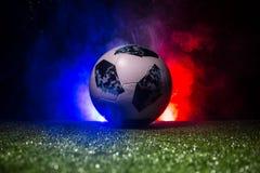 BAKU, AZERBAIJAN - 12 DE JULIO DE 2018: Concepto creativo Funcionario Rusia bola del fútbol de 2018 mundiales Adidas Telstar 18 e Fotos de archivo libres de regalías