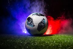 BAKU, AZERBAIJAN - 12 DE JULIO DE 2018: Concepto creativo Funcionario Rusia bola del fútbol de 2018 mundiales Adidas Telstar 18 e Imágenes de archivo libres de regalías