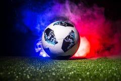 BAKU, AZERBAIJAN - 12 DE JULIO DE 2018: Concepto creativo Funcionario Rusia bola del fútbol de 2018 mundiales Adidas Telstar 18 e Fotografía de archivo libre de regalías
