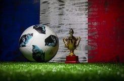 BAKU, AZERBAIJAN - 13 DE JULIO DE 2018: Concepto creativo Funcionario Rusia bola del fútbol de 2018 mundiales Adidas Telstar 18 y Imagen de archivo