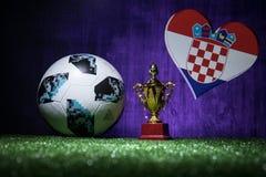 BAKU, AZERBAIJAN - 13 DE JULIO DE 2018: Concepto creativo Funcionario Rusia bola del fútbol de 2018 mundiales Adidas Telstar 18 y Fotos de archivo libres de regalías
