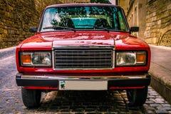 BAKU, AZERBAIJAN - 8 DE JULIO DE 2016: Visión desde el frente en el coche clásico ruso Lada Auto Auto soviético rojo del motor en imagenes de archivo