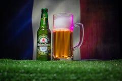 BAKU, AZERBAIJAN - 21 DE JUNIO DE 2018: Heineken Lager Beer en botella con el funcionario Rusia bola del fútbol de 2018 mundiales foto de archivo