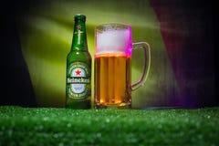 BAKU, AZERBAIJAN - 21 DE JUNIO DE 2018: Heineken Lager Beer en botella con el funcionario Rusia bola del fútbol de 2018 mundiales fotografía de archivo
