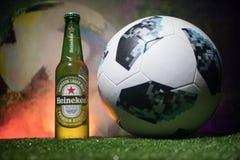 BAKU, AZERBAIJAN - 21 DE JUNIO DE 2018: Heineken Lager Beer en botella con el funcionario Rusia bola del fútbol de 2018 mundiales fotos de archivo libres de regalías