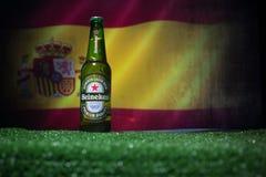 BAKU, AZERBAIJAN - 21 DE JUNIO DE 2018: Heineken Lager Beer en botella con el funcionario Rusia bola del fútbol de 2018 mundiales fotografía de archivo libre de regalías