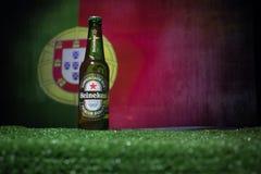 BAKU, AZERBAIJAN - 21 DE JUNIO DE 2018: Heineken Lager Beer en botella con el funcionario Rusia bola del fútbol de 2018 mundiales imagen de archivo libre de regalías