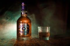 BAKU, AZERBAIJAN - 25 DE MARZO DE 2018: Mezclado de los whiskys maduró por lo menos 18 años, firma del oro de Chivas Regal 18 es  Imagen de archivo