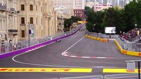 BAKU, AZERBAIJAN - 17 DE MAYO DE 2016: Coche de carreras del Fórmula 1 en el circuito del desierto almacen de metraje de vídeo